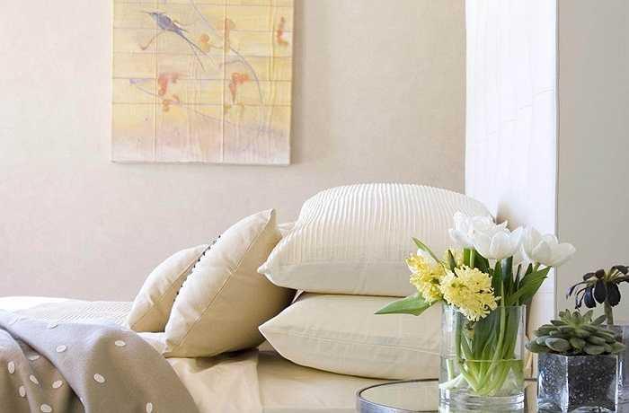 Thức dậy với một sự sắp xếp nhẹ nhàng bên giường. Bạn có thể sử dụng một chiếc bình thủy tinh chứa đầy lục bình và nghệ tây để cho không gian yên tĩnh này một chút hơi hướng của mùa xuân