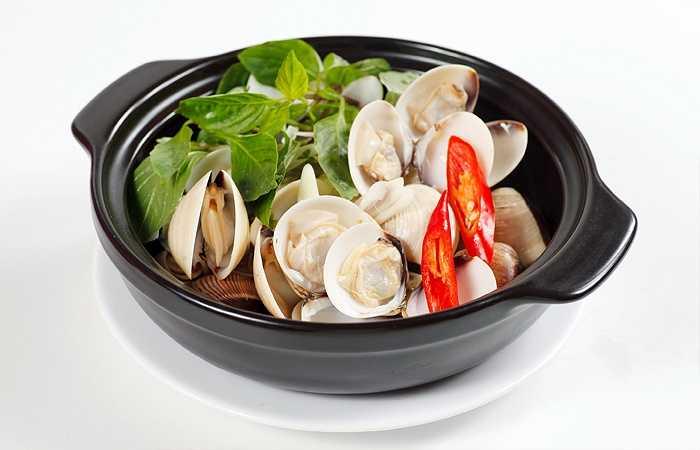 11. Nghêu (ngao): Nghêu ngọt thịt, ngọt nước, ngon miệng, dùng nấu riêu cà chua thì là ăn với bún hoặc cơm rất ngon. Cháo nghêu nêm hành, rau răm, thì là cũng là món bổ dưỡng, giúp khí huyết sung mãn, cơ thể phấn chấn.