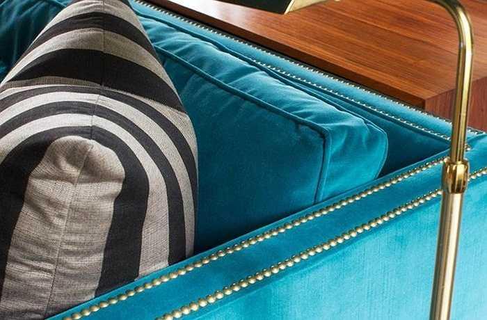 Để phù hợp với cảm hứng màu đá quý của không gian, các nhà thiết kế kết hợp các yếu tố của vàng với đầu móng tay, thứ có thể làm điểm nhấn cho một chiếc sofa nhung màu xanh két và đèn đứng cổ điển bằng đồng thau. Cả hai nhà thiết kế khuyên bạn sử dụng đèn đứng ở vị trí cuối bàn nếu không gian không đủ rộng.