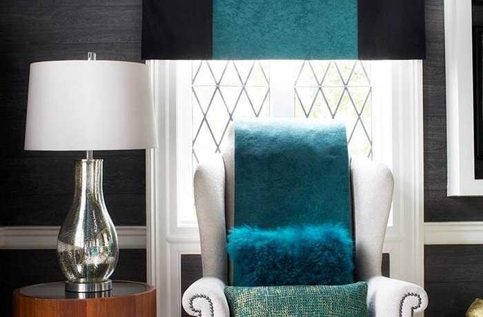 Để tạo điểm nhấn đối với chiều cao trần nhà trong phòng khách, các nhà thiết kế biến tấu kết hợp đường sọc màu xanh đặc trưng làm từ chất liệu da thật, được trải trực tiếp xuống trung tâm căn phòng. Ngoài ra, trong căn phòng với các tấm chăn được gấp lại, các đường sọc kẻ từ bức tranh La Mã đến ghế tựa cũng được làm từ da thật, tựa như được thấm nước trên sàn nhà