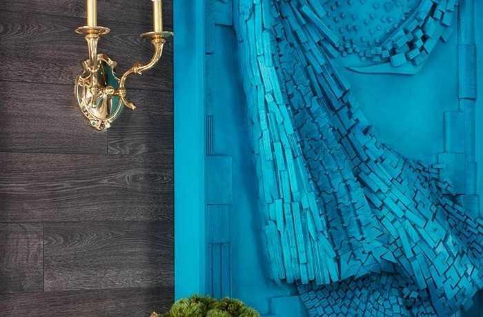 Hai trong số các yếu tố thiết kế chính của không gian là màu xanh két & kết cấu – đi cùng nhau trong nghệ thuật trang trí lối vào.