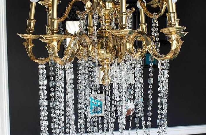 Đèn chùm bằng đồng theo kiểu Georgian lịch sử. Để cách tân các đồ đạc cổ điển, các nhà thiết kế trang trí bằng các hạt pha lê đổ dài từ các nhánh và thay đổi ngọn lửa  sang phong cách bóng đèn phổ biến trên toàn cầu.