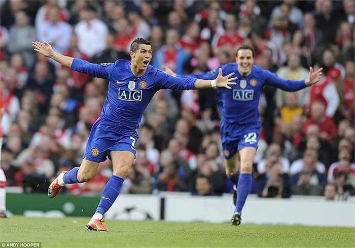 Ronaldo ăn mừng sau pha sút phạt từ cự ly ngoài 30m vào lưới Arsenal ở bán kết Champions League mùa 2008-09