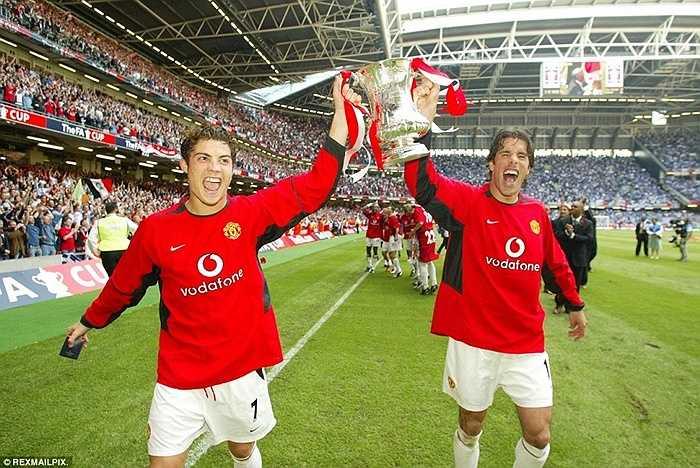Danh hiệu đầu tiên của CR7 trong màu áo mới, chức vô địch FA Cup năm 2004