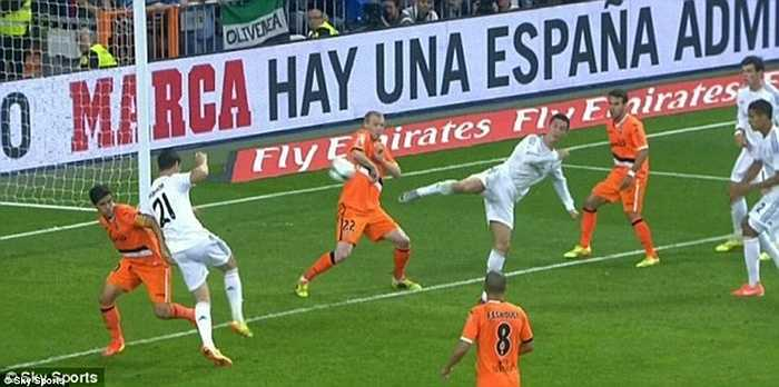 Pha ghi bàn bằng gót của Ronaldo vào lưới Valencia năm 2014