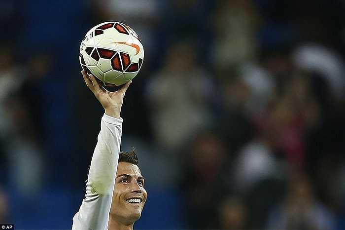 Ronaldo giữ quả bóng trước giờ khai cuộc với Elche tháng 9/2014