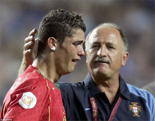 Ronaldo khóc nức nở sau khi Bồ Đào Nha thua Hy Lạp ở chung kết Euro 2004