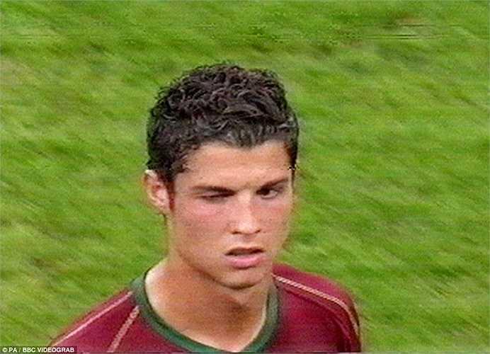 Pha nháy mắt bị truyền thông Anh phẫn nộ sau khi CR7 khiến người đồng đội Man Utd là Rooney nhận thẻ đỏ ở World Cup 2006