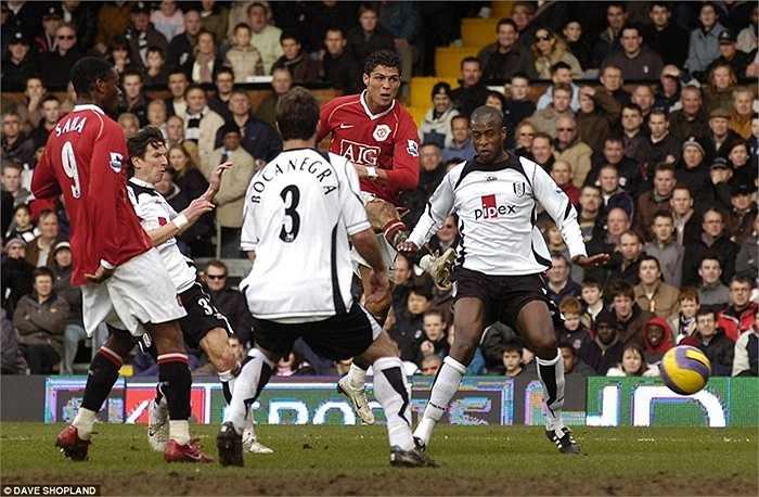 Pha làm bàn của Ronaldo vào lưới Fulham mùa 2006-07. Đây là mùa đầu tiên, Man Utd trở lại ngôi vương Premier League