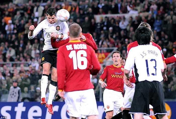 Ronaldo ghi bàn vào lưới AS Roma mùa 2007-08