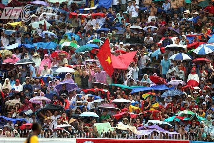 Hình ảnh khán giả Cần Thơ đội mưa xem Công Phượng và HAGL. (Ảnh: Quang Minh)