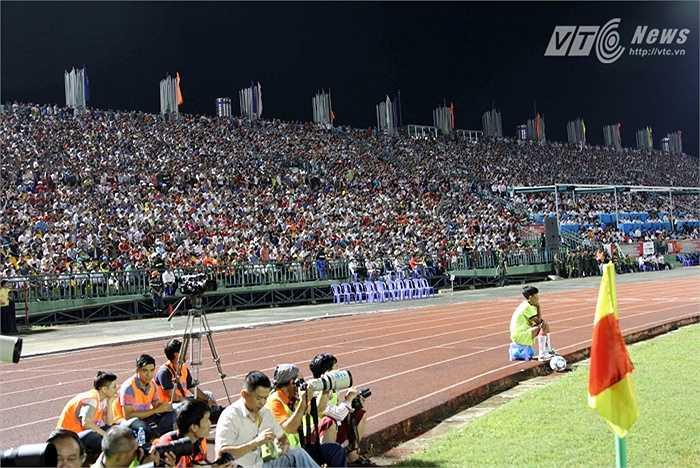 Sức chứa của sân Cần Thơ khoảng 50.000 người. Và trong lần trở lại của Công Phượng cùng đồng đội, BTC đã phát hành một lượng vé kỷ lục ở V-League, khoảng 50.000 vé. (Ảnh: Quang Minh)