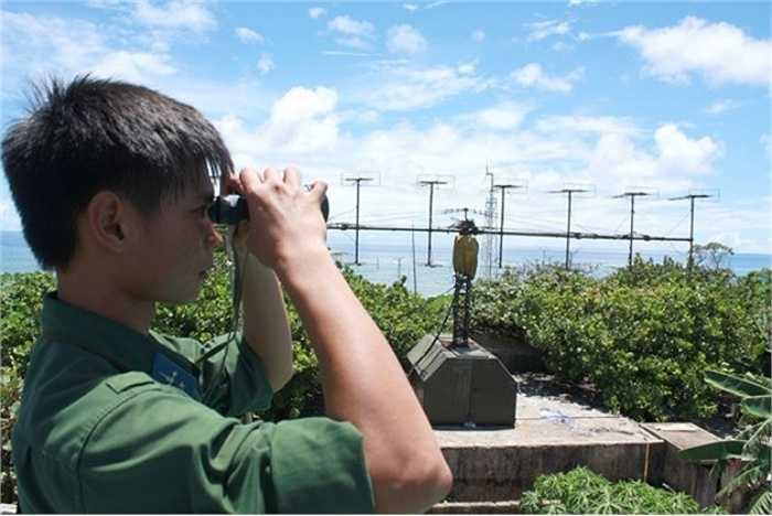 Do yêu cầu của nhiệm vụ và đặc thù kỹ thuật, các trạm radar của Trung đoàn radar 451 đều ở những đỉnh núi cao, điều kiện công tác của những người lính radar có nhiều khó khăn. Khó khăn nhất là chống chọi với gió. Ở Trạm radar 565 trên đỉnh Hòn Tre (Khánh Hòa) hay Trạm ra đa 575 ở đỉnh Núi Cấm, huyện đảo Phú Quý (Bình Thuận), gió thổi lồng lộng suốt ngày đêm, mùa này qua mùa khác, như muốn thổi bay mọi thứ. Trong ảnh: Hệ thống radar P-18. (Theo ĐVO)