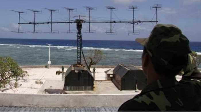 Vượt lên những khó khăn, mệt nhọc, các sĩ quan, quân nhân chuyên nghiệp Trung đoàn radar 451 đã làm chủ các thiết bị kỹ thuật mới. 'Hồi tháng 12/2014, giàn khoan Hải Dương 981 của Trung Quốc di chuyển từ Bắc xuống Nam Biển Đông. Suốt 27 giờ giàn khoan đi trong khu vực quan sát của chúng tôi, mọi sự di chuyển của giàn khoan và các tàu hộ tống đều được chúng tôi ghi nhận', Trung úy Mai Văn Quy, Trạm radar 575 chia sẻ. Trong ảnh: Hệ thống radar P-18. (Theo ĐVO)