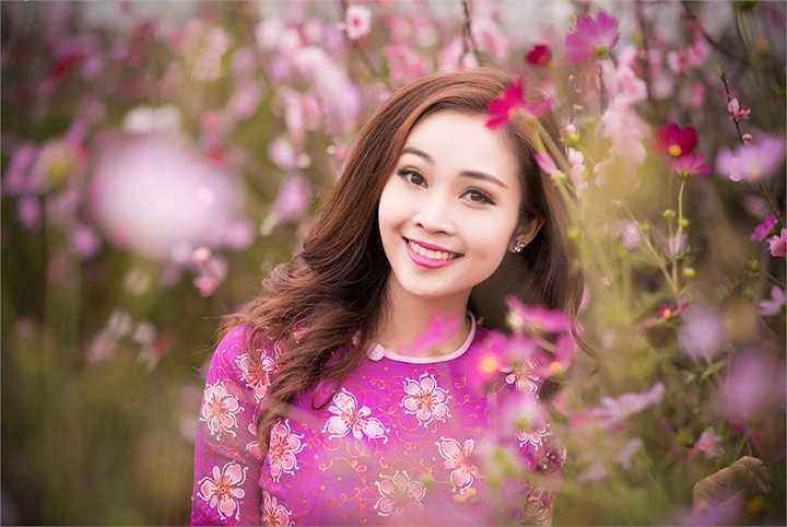 MC Thuỳ Linh xinh đẹp cạnh sắc hoa đào những ngày giáp Tết trong những bộ áo dài cầu kỳ và rực rỡ