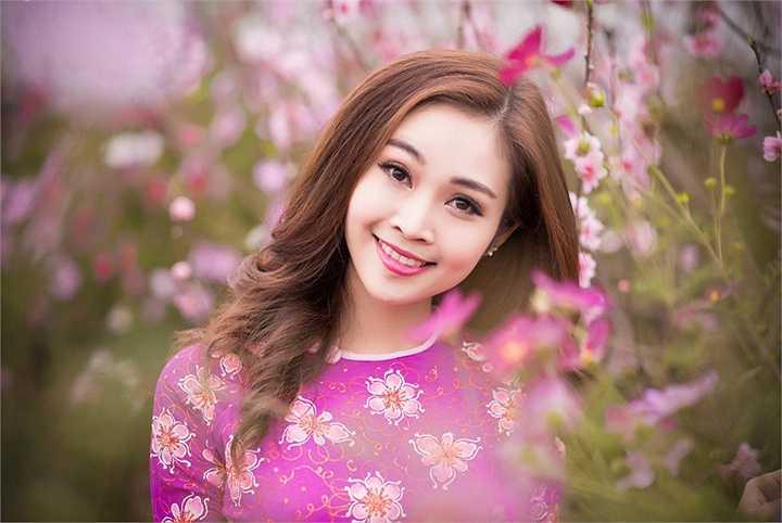 Trong những ngày cuối năm, dù bận rộn với lịch dẫn các chương trình cả trong và ngoài nước, nhưng Thuỳ Linh vẫn tranh thủ thời gian đến chơi vườn đào Nhật Tân vào độ nở hoa, và tranh thủ ghi lại một số hình ảnh kỷ niệm
