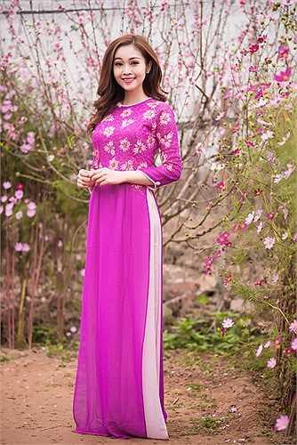 Vẻ đẹp trong sáng, nhẹ nhàng của Thuỳ Linh trong tà áo dài cách điệu, hoà với không khí mùa xuân đang về càng làm cho bộ ảnh thêm phần tươi sắc.