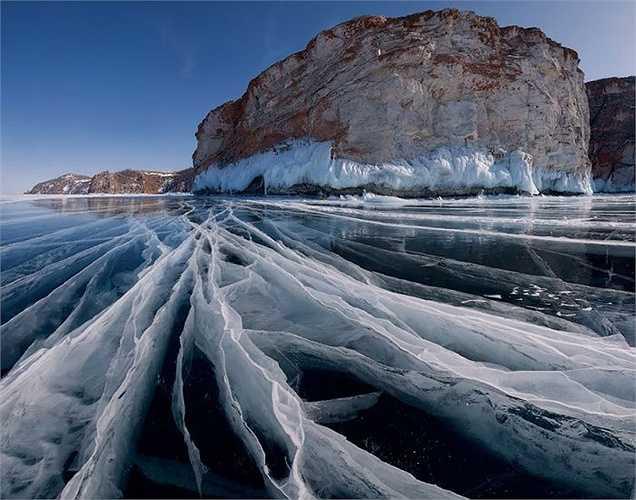 Mặt hồ Baikal ở Nga vào mùa đông giá rét