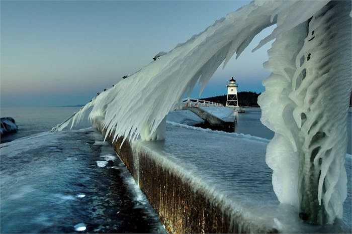 Một cơn sóng 'bị' hóa đá trong thời tiết giá buốt