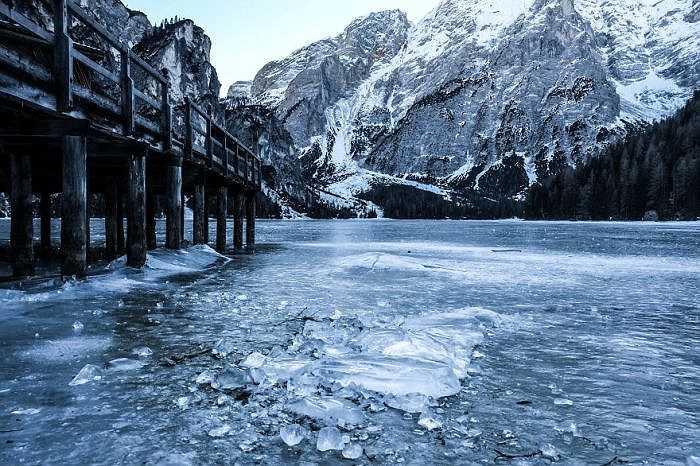 Hồ Braies ở dãy núi Dolomites của nước Ý