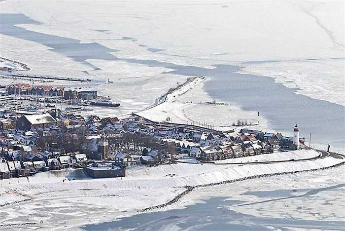 Vùng biển bị đóng băng xung quanh khu vực Urk của Hà Lan