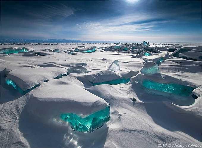 Băng màu ngọc bích trên sông Baikal, Nga