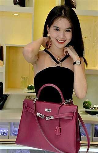 Chiếc túi này thuộc dòng Kelly sang trọng có giá 12.000 USD (Khoảng 250 triệu đồng).
