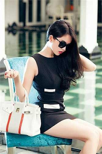 Dòng túi Hermes là thương hiệu rất được chân dài sinh năm 1989 ưa chuộng. Cô sở hữu đến 10 chiếc túi Hermes trong tủ đồ, trong đó mẫu thiết kế màu trắng pha sọc cam thuộc dòng Limited Edition này có giá khoảng 500 triệu đồng.