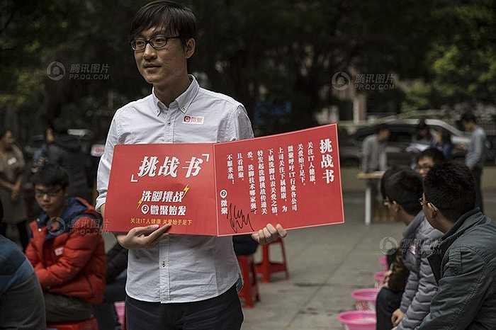 Nhân dịp cuối năm, lãnh đạo một công ty chuyên về IT ở Quảng Châu (Trung Quốc) cùng rửa chân cho các nhân viên.