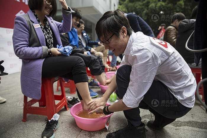 Không chỉ rửa chân mà lãnh đạo công ty này còn lên tiếng thách thức các công ty khác cùng làm như vậy