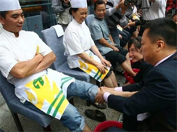 Trước đó, cách đây 2 tuần, lãnh đạo một công ty ở Trung Quốc đã rửa chân cho 3 nhân viên xuất sắc nhất năm