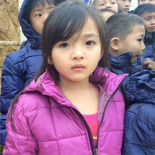 Bức ảnh này được Tân Hoa hậu Việt Nam 2014 cho biết chụp trong chương trình từ thiện Cơm Có Thịt ở vùng cao. Số bạn trẻ theo dõi dự án vì cộng đồng này cho biết thêm, cô bé trong ảnh hiện sống ở Mường Lát, Thanh Hóa.
