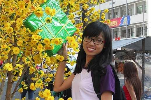 Một nữ sinh Sài Gòn tranh thủ chụp hình lưu lại khoảnh khắc đẹp