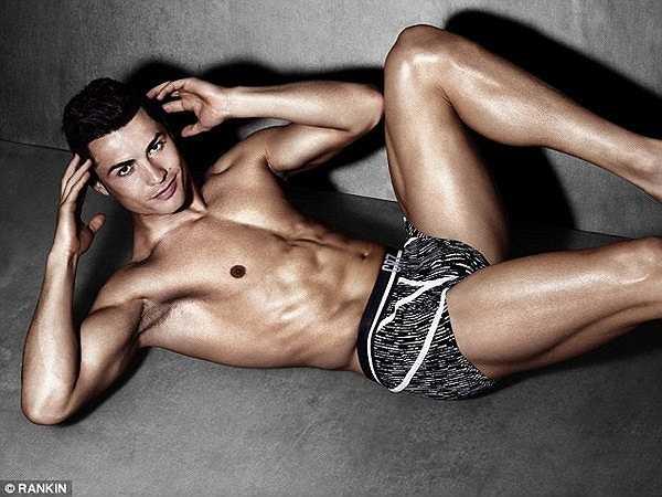 Thân hình hoàn chỉnh của Ronaldo giúp anh chẳng khác gì một người mẫu nam hàng đầu thế giới