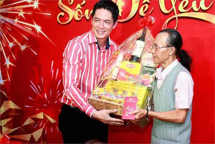 Bình Minh cùng các sao Việt cùng nhau lên tặng quà cho các nghệ sỹ lão thành.