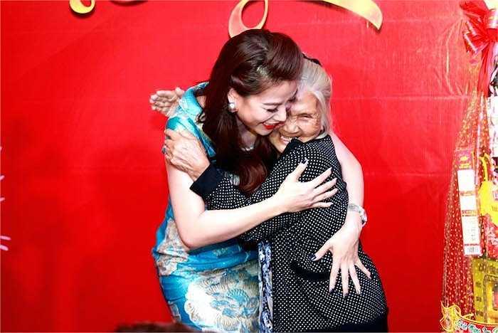Không chỉ được nhiều người quan tâm khi thường xuyên dành cho nhau những cử chỉ tình tứ, Trương Ngọc Ánh và Kim Lý còn ghi điểm vì đã biết thể hiện tình cảm tri ân đến những nghệ sỹ 'gạo cội' khi lên tặng quà nhân dịp Tết đến, xuân về.