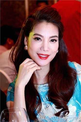 Nữ diễn viên họ Trương khoe vẻ đẹp ngày càng mặn mà với chiếc váy màu rực rỡ được thiết kế ôm sát cơ thể