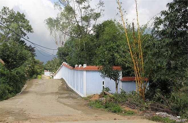 Khu biệt thự được bao quanh bởi các bức tường cao hơn 2 m.