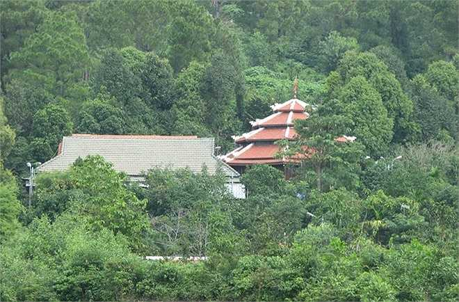 Còn khu biệt thự của ông Quang có đào ao cá khoảng 600 m2, xây tường rào và nhiều hạng mục phụ khác.