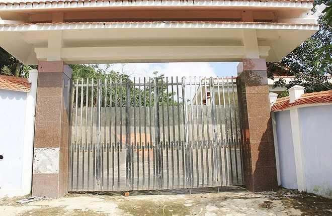 Sau khi báo chí vào cuộc, UBND quận Liên Chiểu quyết định xử phạt gia đình tướng Thạch 22,5 triệu đồng. Đồng thời, buộc phải tháo dỡ toàn bộ công trình xây dựng vi phạm. Sáng 5/2, khu biệt thự nhà tướng Thạch đóng kín cửa.