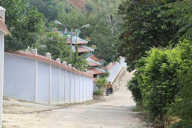 Đường lên khu biệt thự của gia đình tướng Thạch được đổ bê tông.