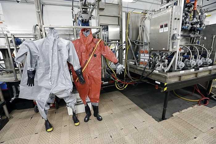 Quần áo bảo hộ của các nhân viên làm việc tháo dỡ vũ khí