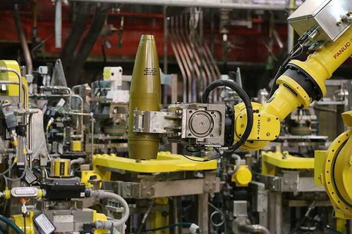 Các robot hỗ trợ nhân viên trong quá trình xử lý