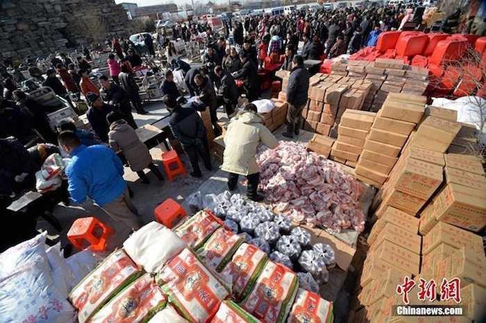 Bí thư làng Dongjie ở Hà Bắc (Trung Quốc) đã tặng quà Tết cho hơn 2.000 người dân trong làng suốt 6 năm qua.