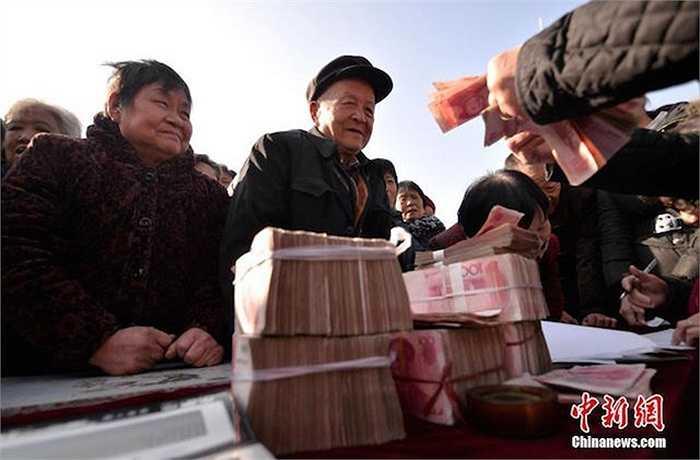 Năm nay, ông đã chi 2,2 triệu nhân dân tệ để tặng quà Tết cho người dân trong làng.