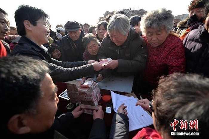 Bí thư làng này thường đưa ra 12 quà tặng cho người dân.
