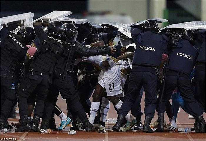 Thất vọng vì màn trình diễn của các cầu thủ, để thua 0-2 trong hiệp 1, các cổ động viên Guinea Xích Đạo đã ném đồ vật xuống sân rồi sau đó quay sang tấn công các cổ động viên Ghana khi bước vào hiệp 2, khiến trận đấu phải tạm dừng gần 10 phút.