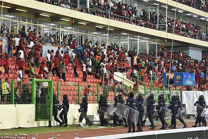 Thất vọng tột cùng, các CĐV chủ nhà tiếp tục khiến trận đấu kết thúc trong những màn ẩu đả với lực lượng cảnh sát.