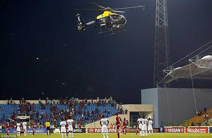 Lực lượng bảo vệ sân thậm chí còn điều động một chiếc trực thăng để kiềm chế sự quá khích của khán giả Guinea Xích đạo.