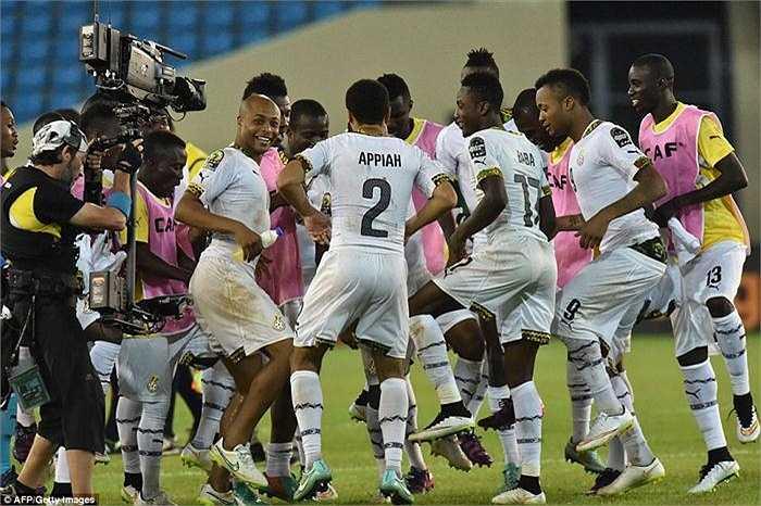 Các cầu thủ Ghana ăn mừng chiến thắng.